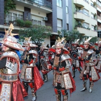 Desfile de artefactos, comparsas y entierro de la sardina