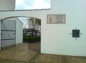 Puerta principal del cementerio de Sagrajas